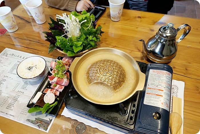宜蘭美食⎥七賢社區友善食堂。新鮮現採彩色蔬菜,排餐、鍋物、下午茶通通有。外面還有小小軍事迷最愛的戰鬥飛機,坦克車供你拍! @捲捲頭 ♡ 品味生活