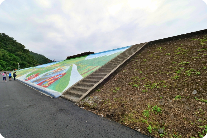 三星彩繪堤防⎪超大稻草人、彩繪階梯,立體小火車開到你眼前,堤防大變身,一起來同框拍照吧! @捲捲頭 ♡ 品味生活