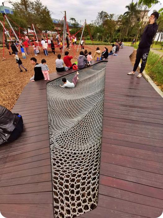 宜蘭特色溜滑梯 ▏冬山鄉政公園共融式遊戲場。瑪利歐水管、超長木棧道跑跑區、無敵大沙坑還有海星彈跳床X攀爬網。免費放電好去處! @捲捲頭 Wonderful 品味。生活