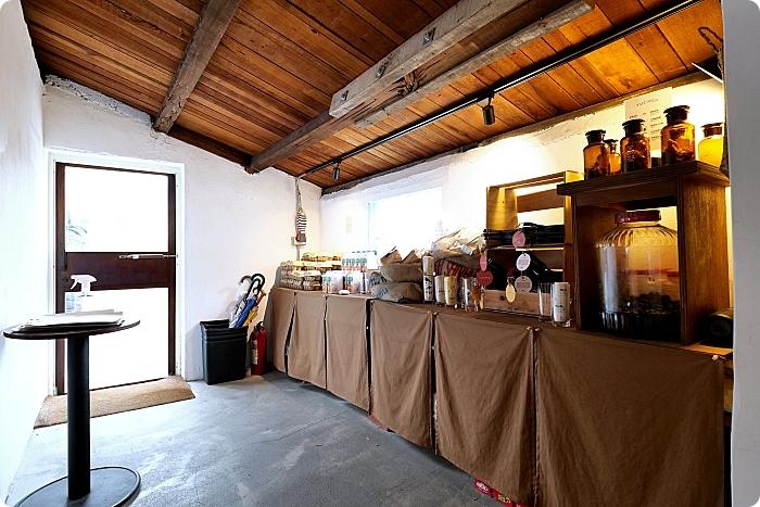 花蓮》小漁村裡的文青雞蛋糕咖啡館!奶香味爆棚的「卡士達雞蛋糕」、一咬就牽絲的「水港伯麻糬雞蛋糕」搶攻花蓮最夯打卡點。 @捲捲頭 ♡ 品味生活