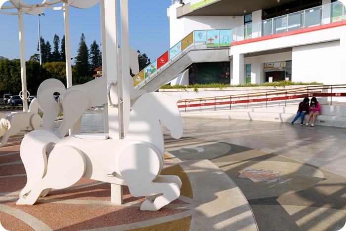 台中》積木城堡星巴克~超夢幻純白色旋轉木馬,少女心噴發仙氣滿點。還有限定馬克杯、隨行卡可收! @捲捲頭 ♡ 品味生活