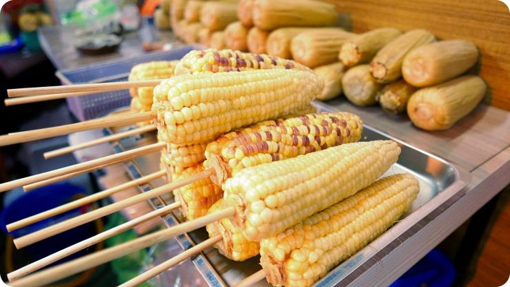 宜蘭》夜市超人氣烤玉米!一咬就噴汁,玉米粒飽滿香甜,再塗上令人欲罷不能的獨門醬汁,讓你越咬越香~ @捲捲頭 ♡ 品味生活