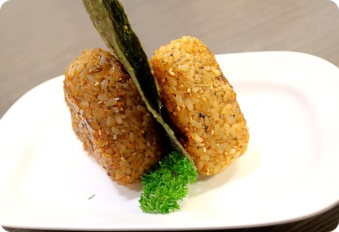 花蓮》巷弄間的日式平價料理店。干貝鮭魚卵握壽司超吸睛、烤的酥酥香香起司鮭魚飯糰還有蝦手捲也意外的好吃! @捲捲頭 ♡ 品味生活