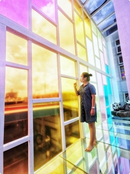 宜蘭》A.maze Pilot 狐狸小姐 | IG網美打卡新景點 | 陽光七彩玻璃牆 | 小王子星球極光隧道 | 泡泡球池~ 好吃好拍,快揪姐妹淘一起來!! @捲捲頭 ♡ 品味生活