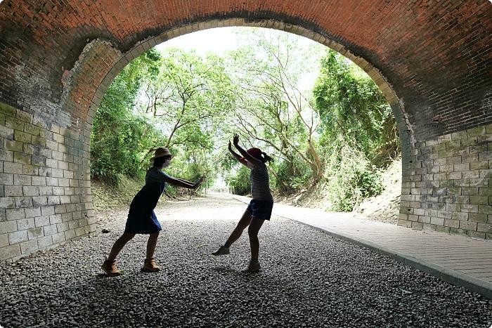 苗栗》崎頂子母隧道。適合夏天來的舊鐵道。一秒化身電影主角,拍出奇幻剪影風,山洞外還能吹風、聽海、追火車~ @捲捲頭 ♡ 品味生活