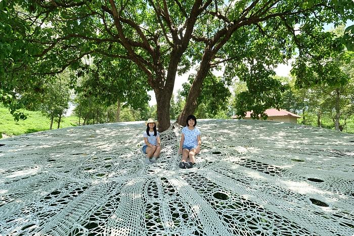 2021台東縱谷大地藝術季》要拍美照就不要怕曬!台東最新療癒系6大打卡點。 藍天山丘看雲朵,湖畔的漂浮粉紅河馬。 @捲捲頭 ♡ 品味生活